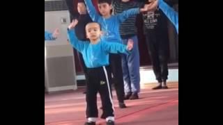 Мальчик классно танцует на репетиции уйгурского танца