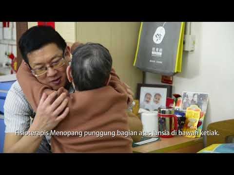 影片:2 orang membantu lansia untuk pindah dari tempat tidur ke kursi oleh dua orang