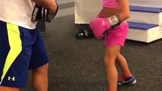 Тренировка девочки по боксу