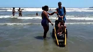 084114ac3 Praia Acessível recebe crianças e adultos da ONG Comunidade Cidadã