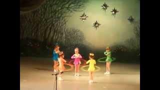 Смотреть онлайн Детский танец девочек с обручами в детском саду