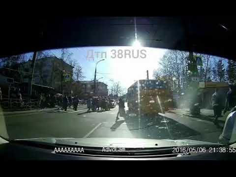 Автобус врезался в пешеходов на зебре в Иркутске
