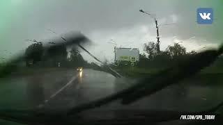 Мощная молния напугала автомобилистов в Пушкине