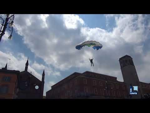 Paracadutisti atterrano in piazza Cavalli