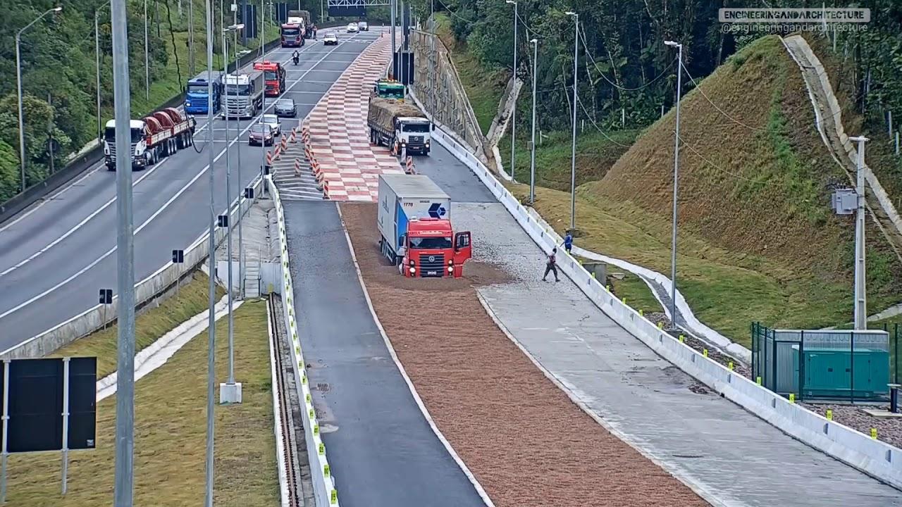 Посмотрите, что сделала с грузовиками рампа для остановки грузовиков. Эффектный ролик