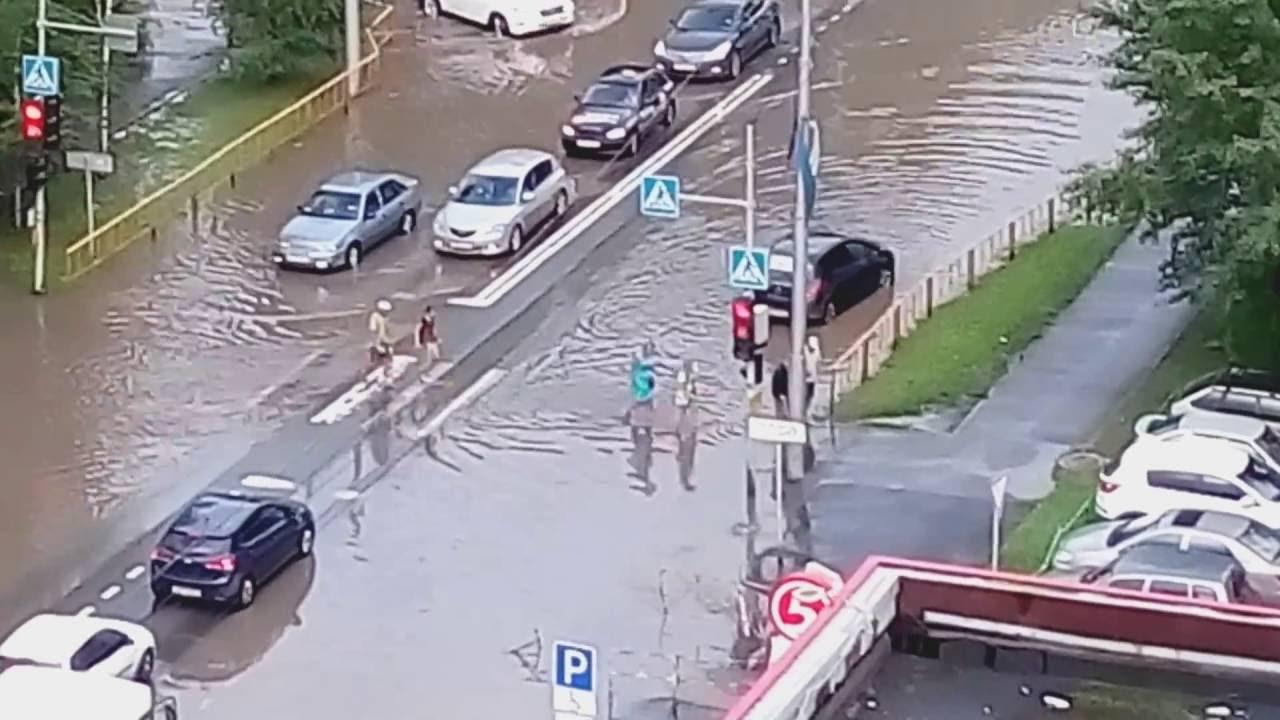Водитель в Тюмени помог дедушке перейти дорогу во время потопа
