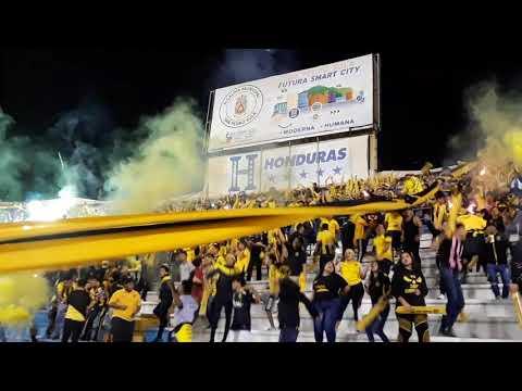 """""""Recibimiento de la Mega Barra contra Olimpia - Final Copa Premier 2020"""" Barra: Mega Barra • Club: Real España"""