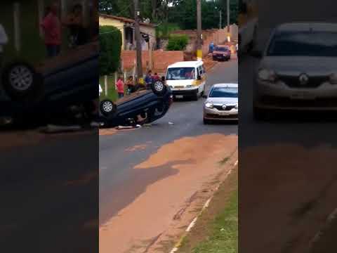 Carro capota após colisão em Avaré (SP)
