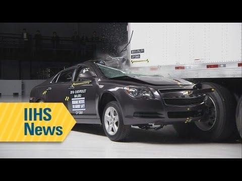 خطورة حوادث السيارات الصغيرة بعد إصطدامها بمؤخرة الشاحنات