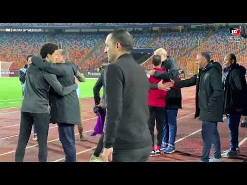 وليد سليمان وعلي لطفي يتوجهان لمصافحة حمادة صدقي قبل انطلاق مباراة الأهلي وسموحة
