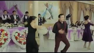 Казахи танцуют на свадьбе .
