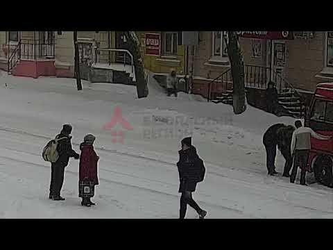 Маршрутка сбила девушку переходившую дорогу на зеленый свет