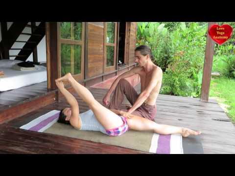 """Uma das principais vantagens de ser uma adepta da ioga é poder realizá-la em praticamente qualquer lugar. E o melhor de todos é em casa: sem pressa, distrações, horário e nem pressão de """"competir"""" com outras pessoas."""