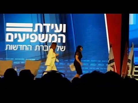 العرب اليوم - شاهد: مونيكا لوينسكي تغادر المسرح