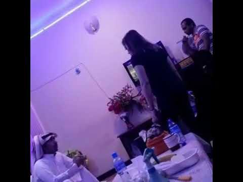 العرب اليوم - فتيات يلقن شابًا «علقة ساخنة»