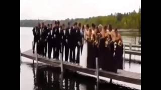 Мост с людьми ушел под воду