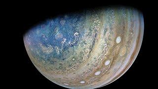 В сети показали видео, на котором космический аппарат Juno пролетает над спутником Юпитера