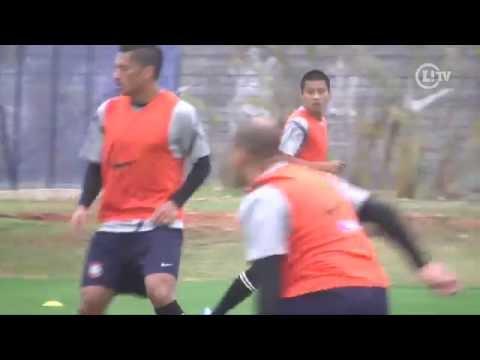 Zizao dá assistência de letra e faz gol de voleio no treino