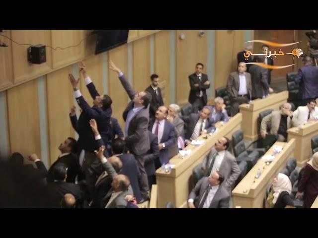 مواطن يلقي بنفسه من على شرفات مجلس النواب بعد التصويت على الثقة بحكومة الرزاز