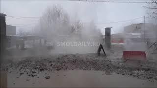 Фонтан кипятка с камнями повредил около 20 автомобилей в Смоленске