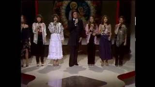 Johnny Cash with daughters Carlene, Tara, Rosanne, Cindy, Kathy and Rosie  - Silent Night