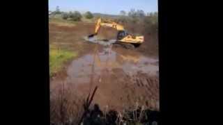 preview picture of video 'Escavadeira Atolada [excavator jammed]'