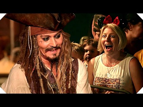 PIRATES OF THE CARIBBEAN 5 - Johnny Depp Surprises Fans at Disneyland !