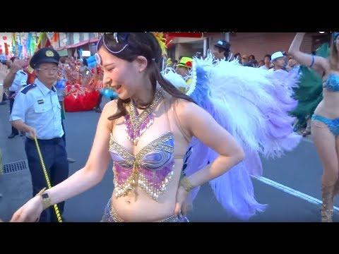 学生サンバで踊る美少女が、観客にまさかのサービスを提供!