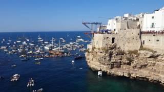 Polignano, l'italiano De Rose vince il Red Bull Cliff Difing: il tuffo che consegna il podio - VIDEO