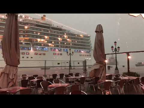 Cruise ship almost collides head-on with the shore, Venice today