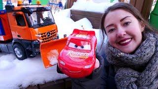 Машинки и Маквин расчищают снег! Детское видео про игрушки