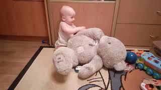 Малыш и мишка! Прикол 2016! Ржач! Угар! Приколы с детьми! Ребенок жарит игрушку!.