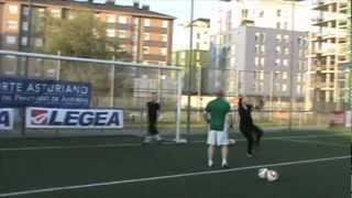 preview picture of video 'Entrenamiento de porteras del Oviedo Moderno CF'