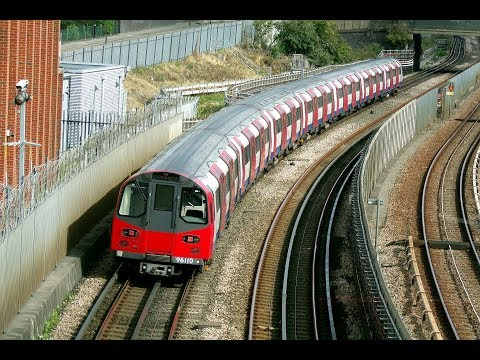 London Underground Jubilee Line 1996 Stock Units passing Sta…