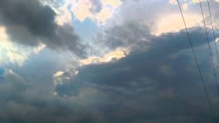 Смотреть онлайн Странная вспышка за облаками в штормовом небе