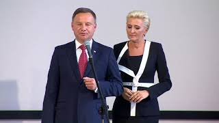 """Zakłócone przemówienie pary prezydenckiej w liceum w Gdyni. Gwizdy i okrzyki: """"konstytucja"""""""