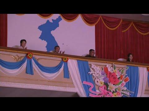 العرب اليوم - بالفيديو: زعيما الكوريتين يحضران حفلًا موسيقيًا في بيونغ يانغ