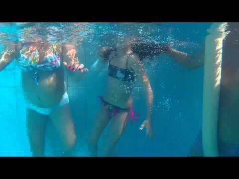 As meninas na piscina e o Pug na virada do ano.