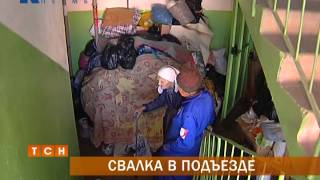 Пермячка превратила свою квартиру и лестничную площадку в склад вторсырья