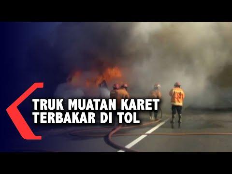 truk muatan karet terbakar di jalan tol