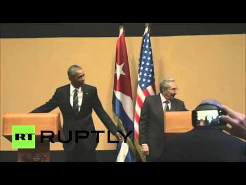 كاسترو يضع أوباما في موقف محرج بمنعه من أن يربت على كتفه
