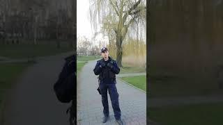 Policja zatrzymuje osobę wracającą z pracy