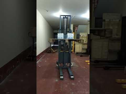 Apilador hidráulico semielectrico marca Bennoto 1000 kg 2.5 metros