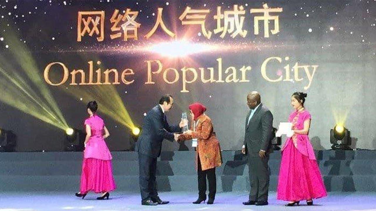 Bu Risma menerima penghargaan Online Popular City atas kota yang dipimpinnya | Sumber: Tribunnews