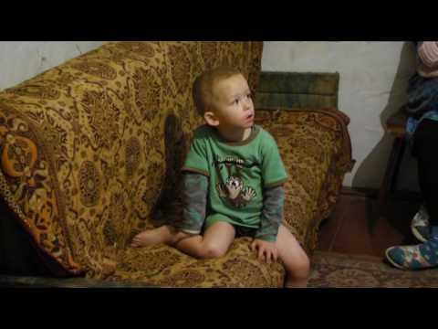 Маленький хлопчик втік від батьків-катувальників