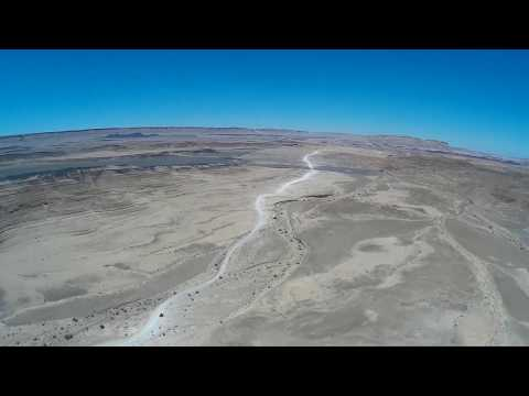 flying-fpv-in-the-makhtesh-ramon-crater-in-israel