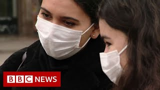 Coronavirus: Teneryfa w zamkniętym hotelu i nowe porady dla Brytyjczyków powracających z Włoch – BBC News – nagranie w j.angielskim