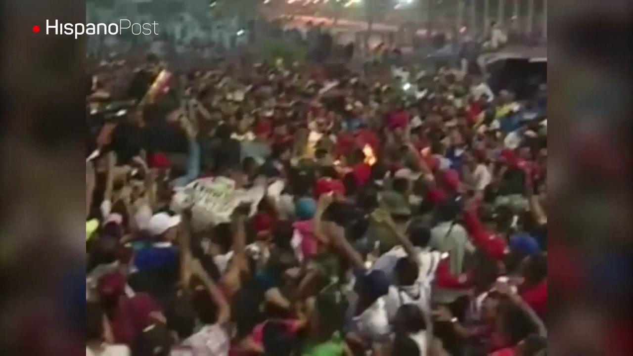 Con piedras, botellas e insultos, venezolanos hicieron correr a Maduro