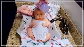 HOW TO BATHE A NEWBORN AT HOME | Newborn Bathing Hacks | Taylor Lindsay