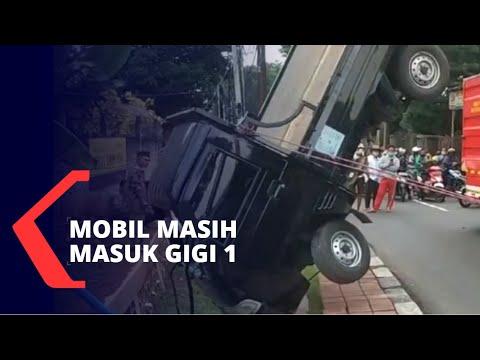 Mobil Pickup Cium Selokan Akibat Sopir Hilang Kendali